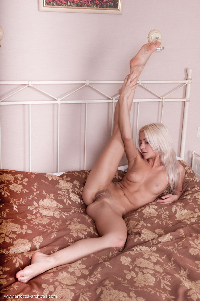 Viviene flaunts her naked body and trimmed pussy as she poses on the bed.