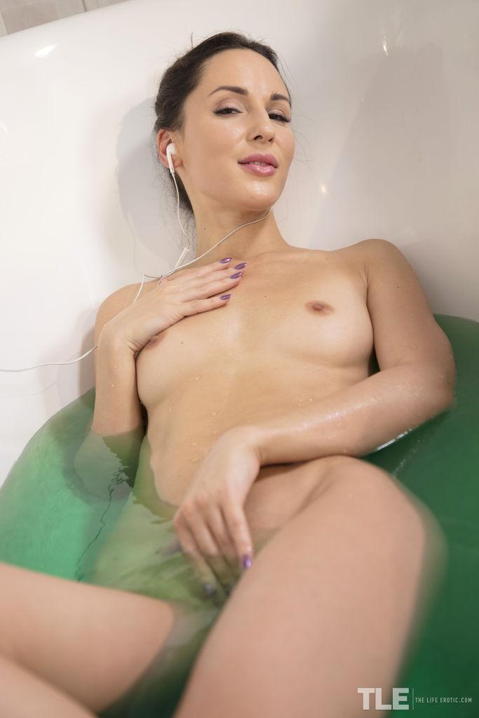 Lilu self-masturbates in the bath tub while listening to classical music