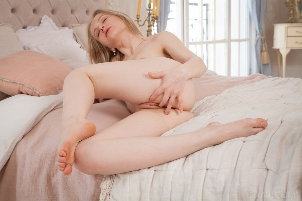 Lola Chic takes some naughty selfie before masturbating in bed