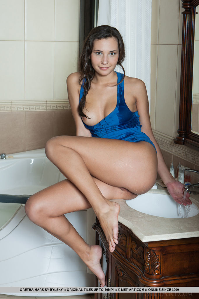Oretha Mars teasing looks as she takes a swim in the pool, until she takes a sensual shower on the bathtub.