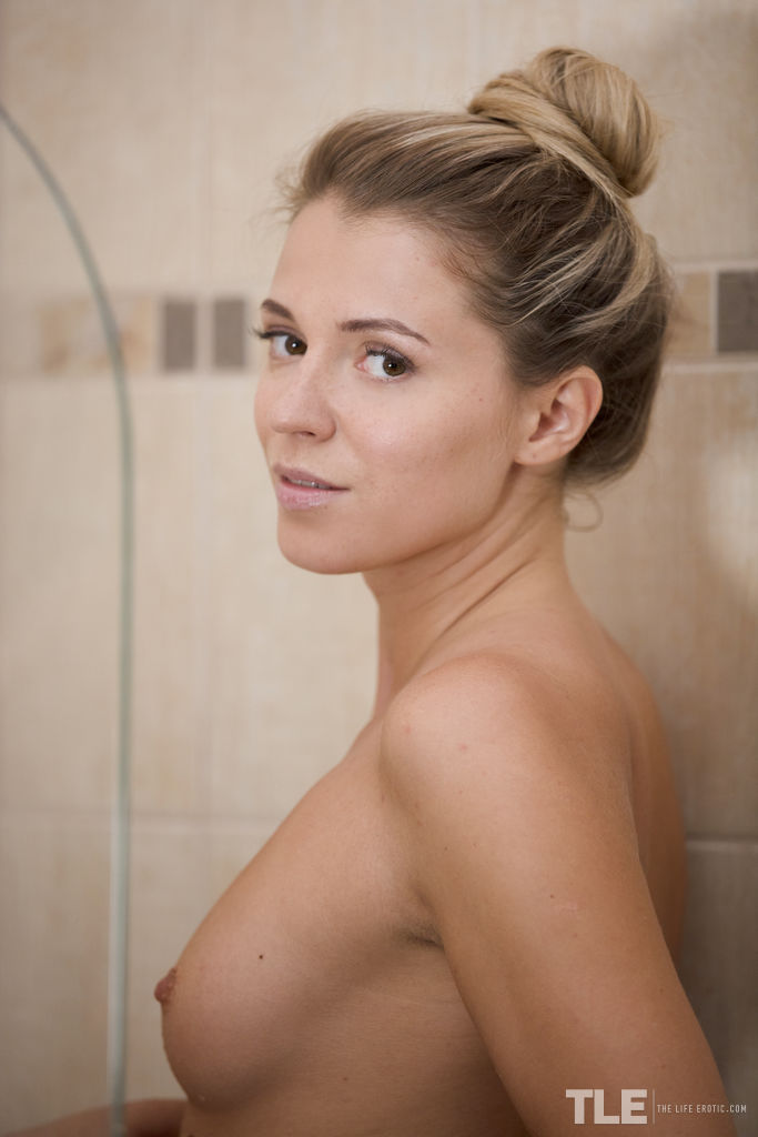 Kalisy gives her hot body a refreshing soapy bath