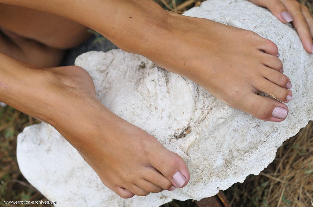 Katarina B flaunts her slim body and beautiful feet on the grass.