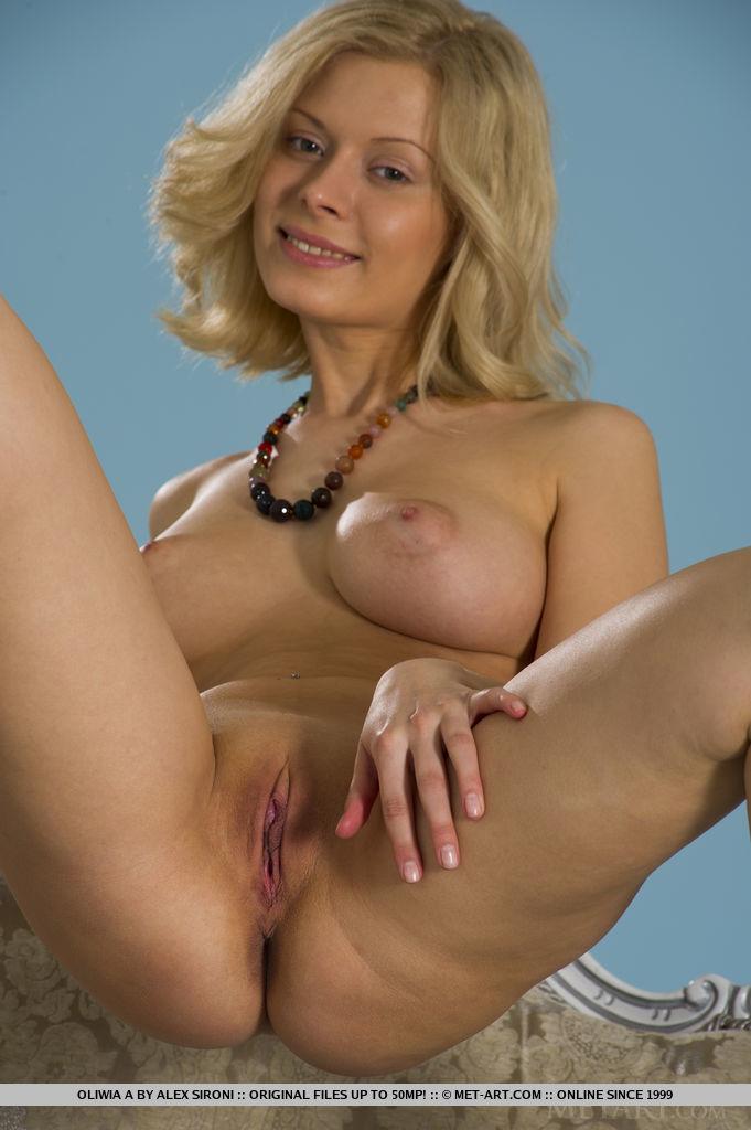 Oliwia A montre ses seins spectaculaires avec-8345