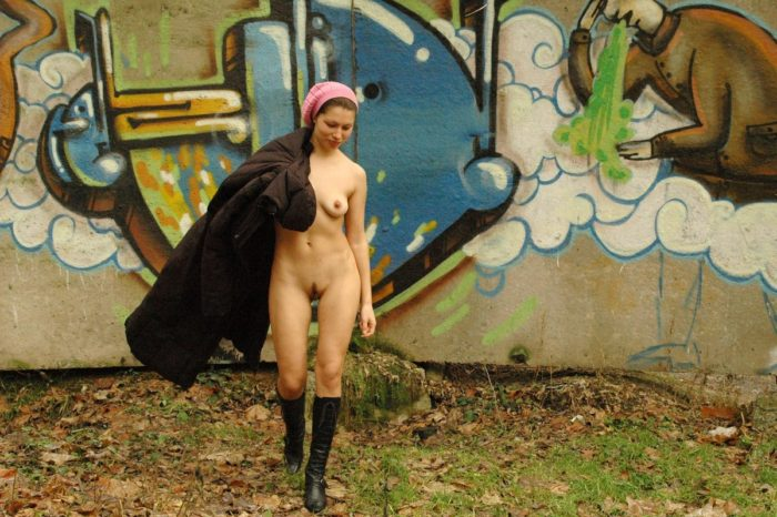 Slutty girl doesnt like to walk in clothes in the park
