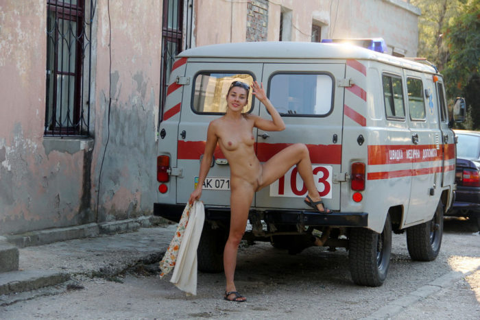 Naked girl calls a taxi at hospital