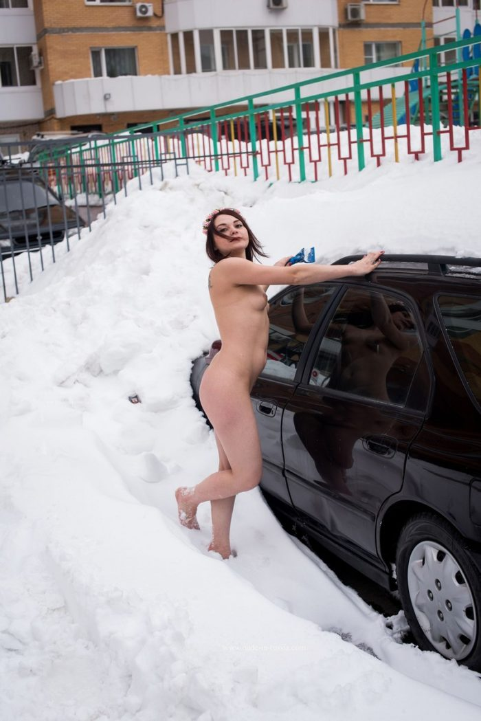 Girl Rimma decided to clean the car from the snow