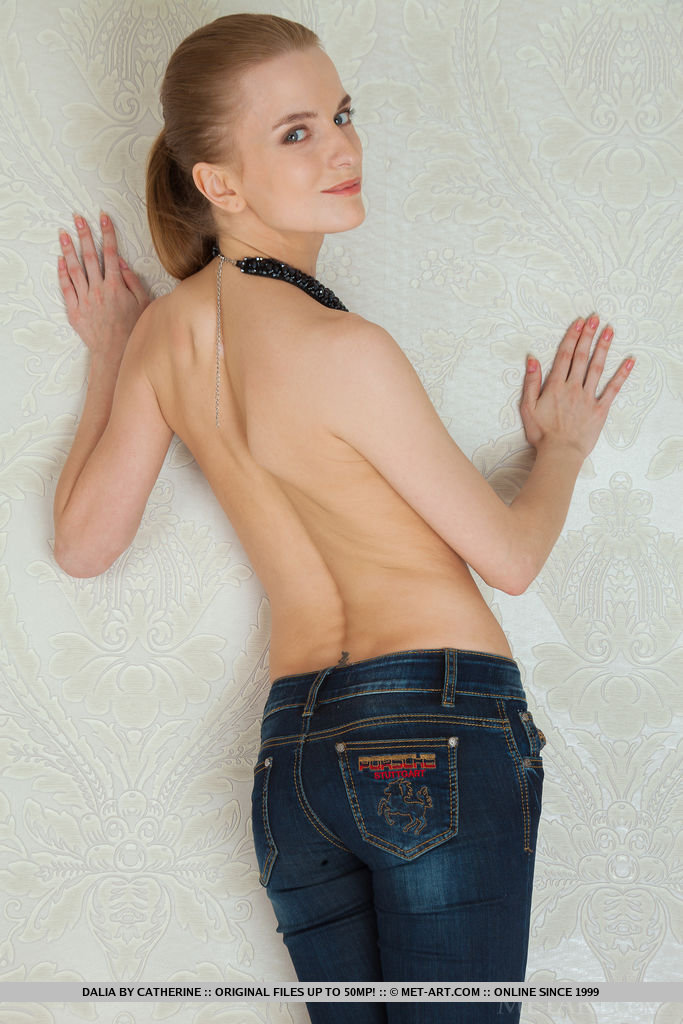 Hair neatly tied back on a ponytail to highlight her finely-chiseled face, with dazzling beauty eyes and confident smile, Dalia is one fine newcomer with the beautiful slender body and beautiful personality