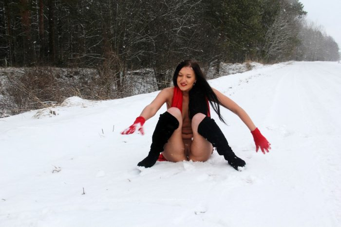 Hot girl Daria shows pussy on the snow