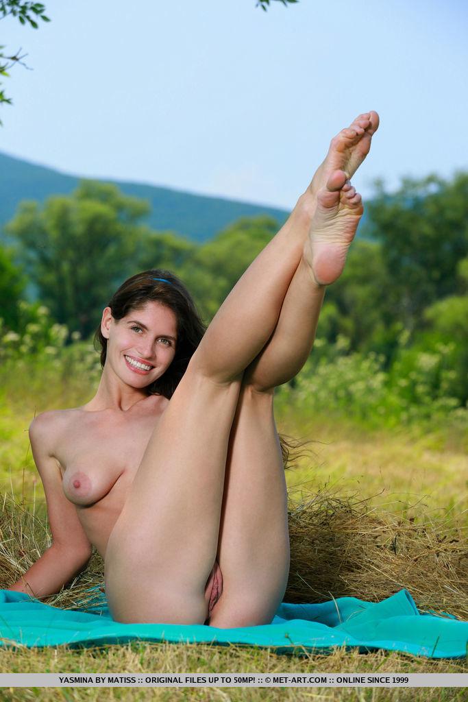 Yasmina shows off her her stimulating body as she strips her bikini.