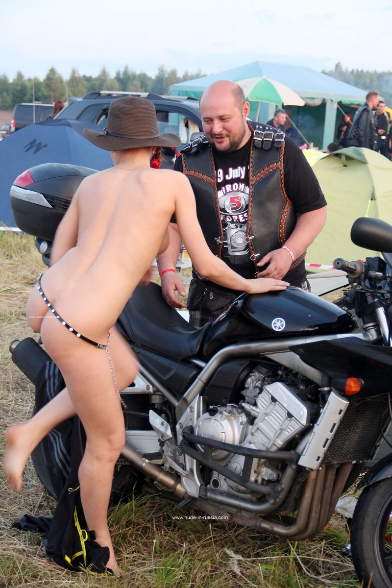 Naked Girl Abbey Posing With Bikers  Russian Sexy Girls-9551