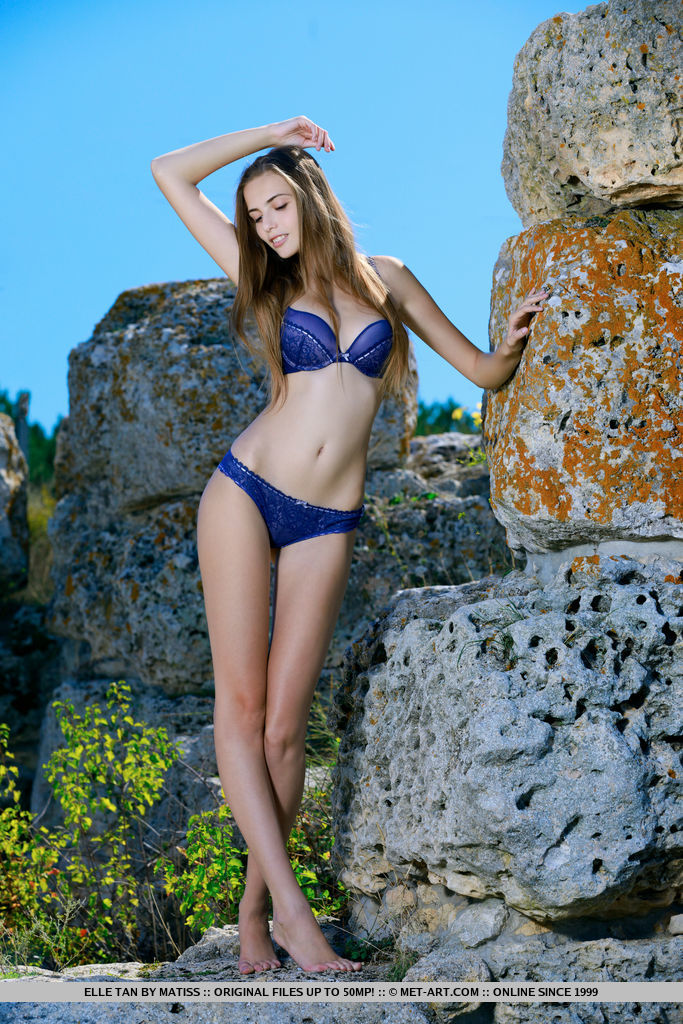 Elle Tan shows off her sexy, curvy body as she strips her blue bikini.