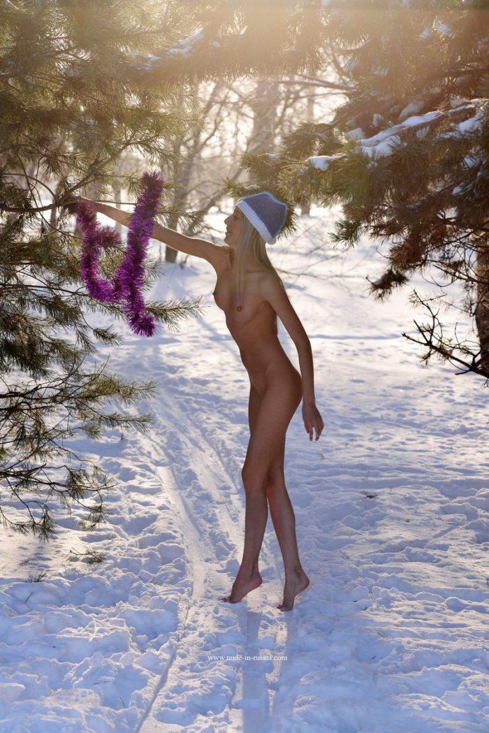 Adolescente loira Marina B com corpo perfeito nas ruas de inverno