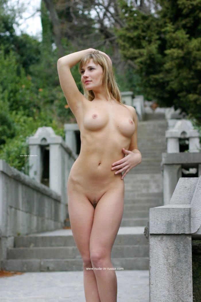 Lena V peituda e linda em local turístico