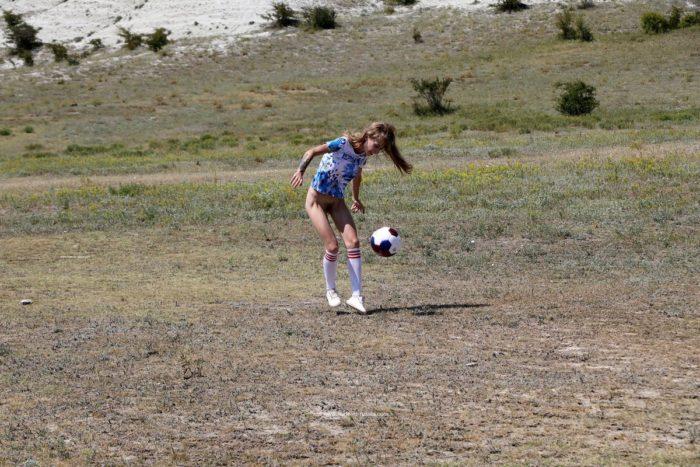 Loira linda Eva Gold joga futebol sem fundo com a buceta peluda