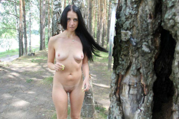 A morena gostosa Veronica Snezna joga dardos na floresta