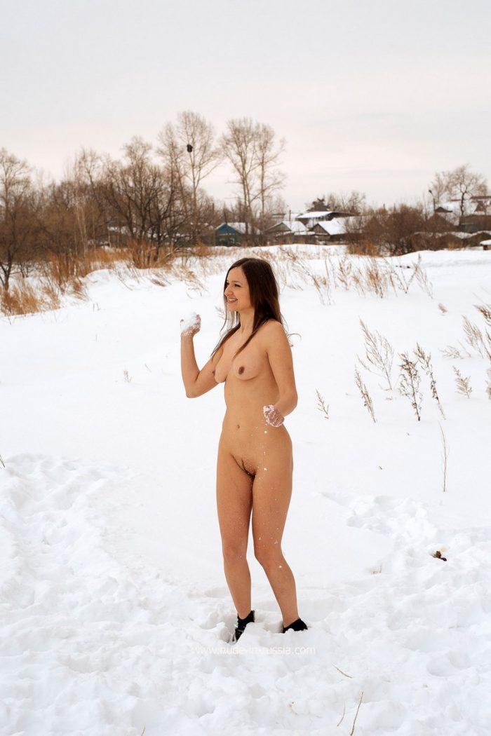 Galya Nua brinca com uma neve no quintal
