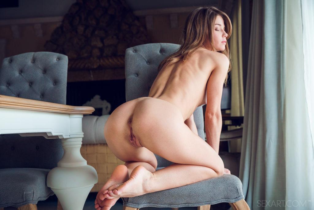 Nedda A desliza pela janela enquanto descobre seu corpo apertado e sua buceta carnuda na cadeira.