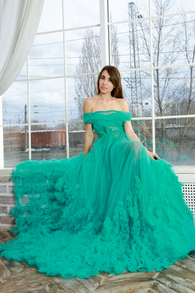 Rosie Lauren is beautiful in her big green gown. She takes it off and shows her shaved pussy.