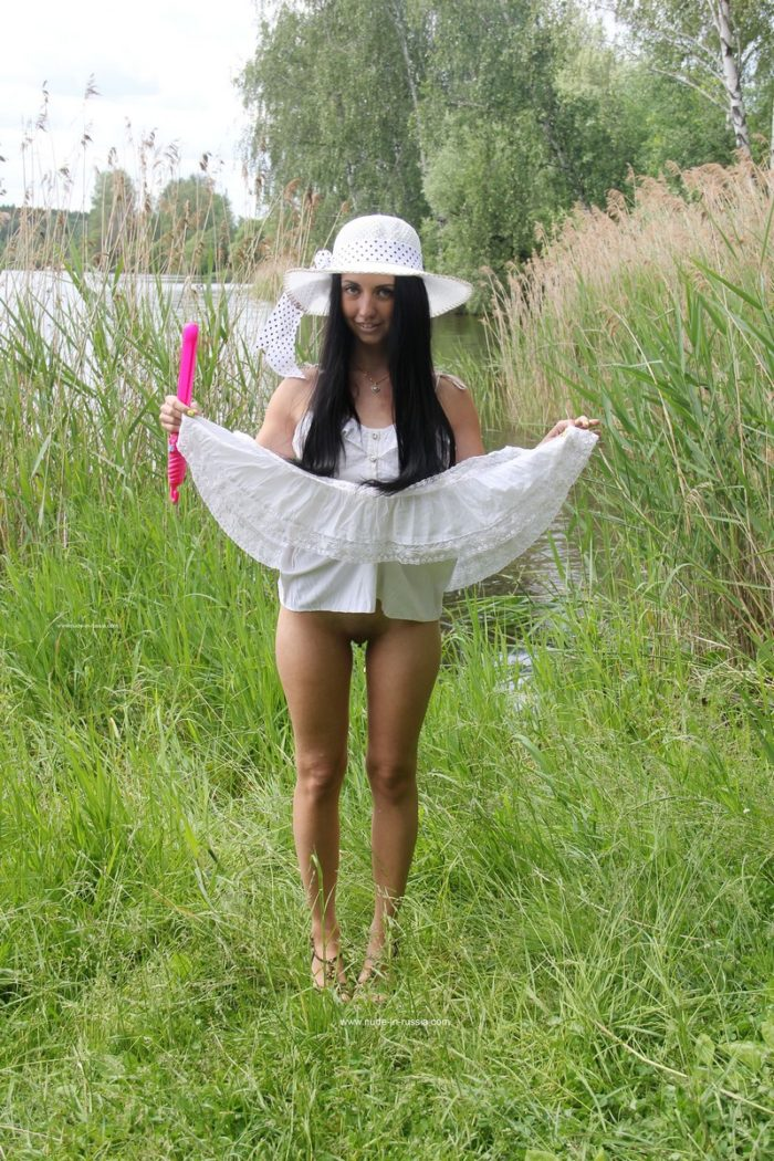 Sexy brunette Veronica Snezna masturbates with a pink stick outdoors