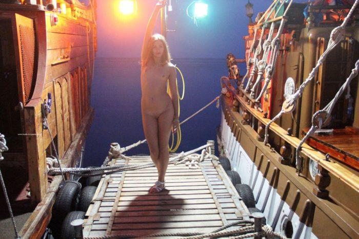 Vergonhosa Olga W no mercado de praia à noite