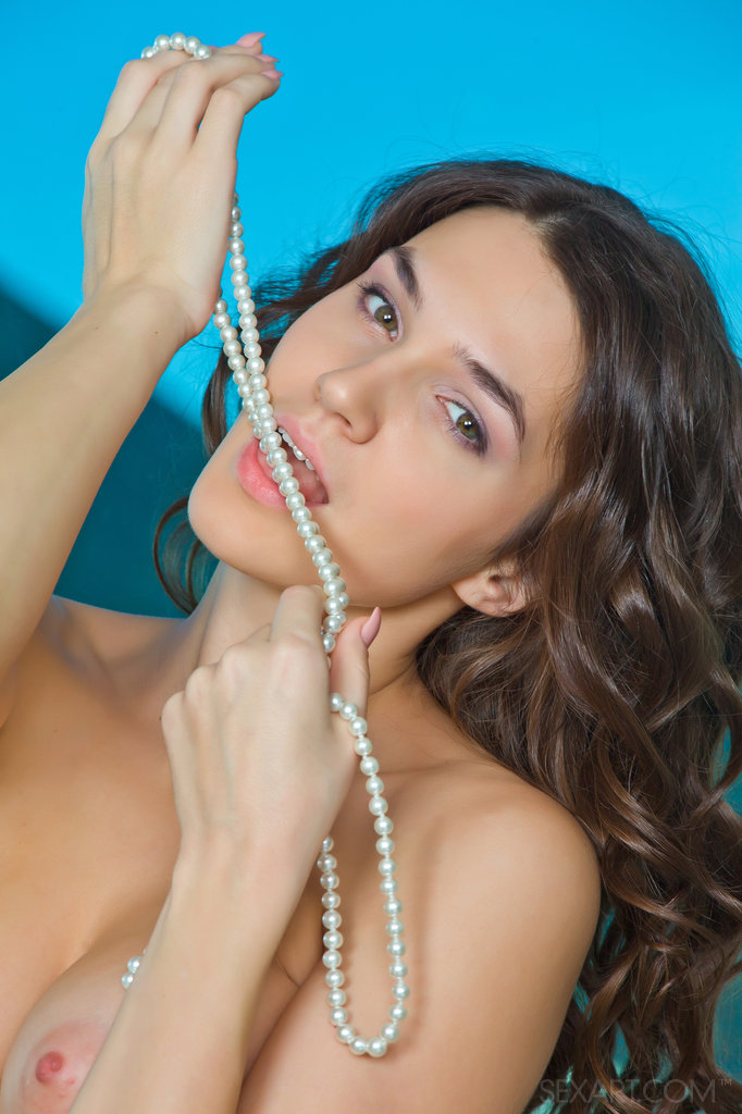 Smooth and exquisite like a string of pearls, Vanda showcases her precious assets without any hint of inhibition.