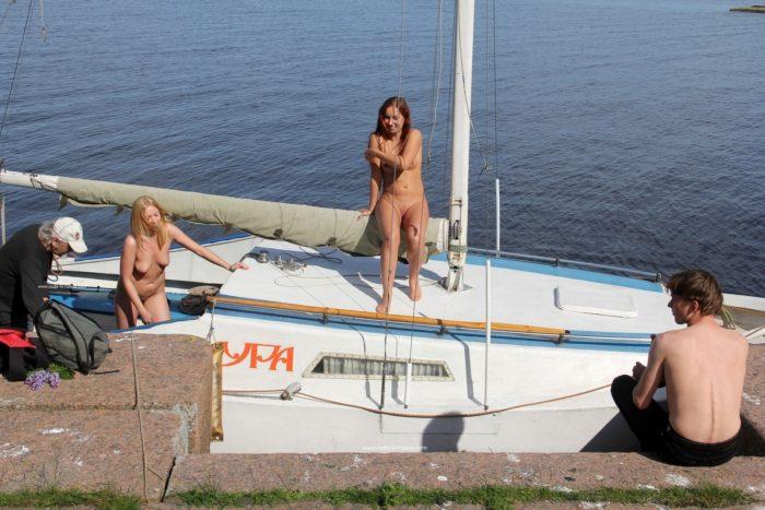 Duas garotas, loiras e ruivas, beijam e mostram xoxotas em público