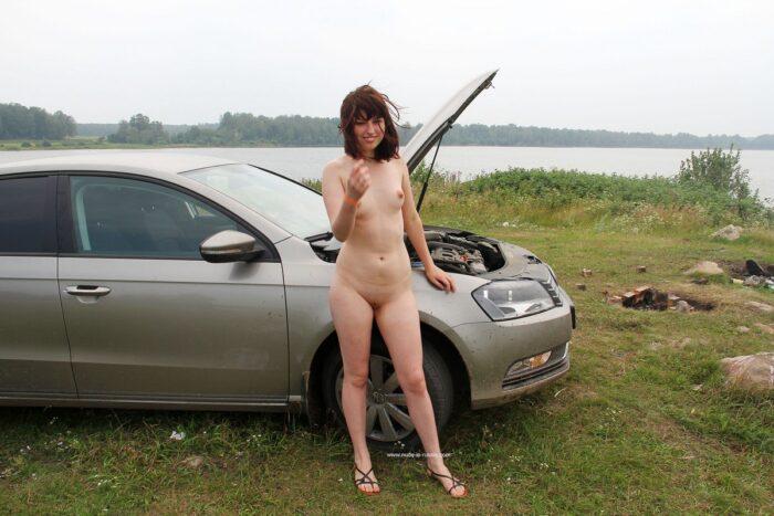 Garota Inga sem roupa no rio