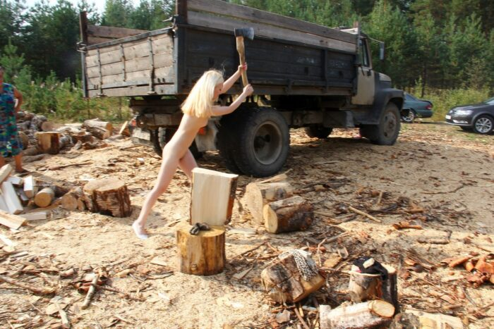 Maria nua nua cortando madeira