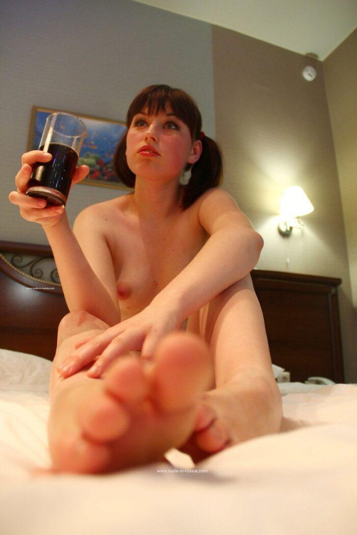 Adolescente russa Inga posando no quarto de hotel