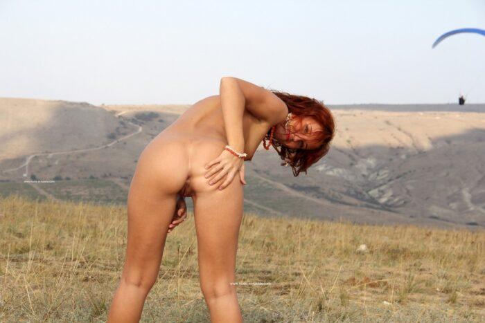 Sorrindo Margarita S mostra seu rabo ao ar livre
