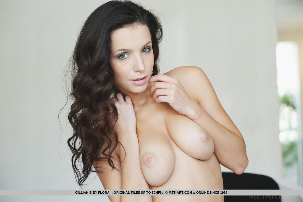 Essa morena deslumbrante e sensual, Gillian B, é tão sexy expondo seus encantos femininos para todo mundo ver