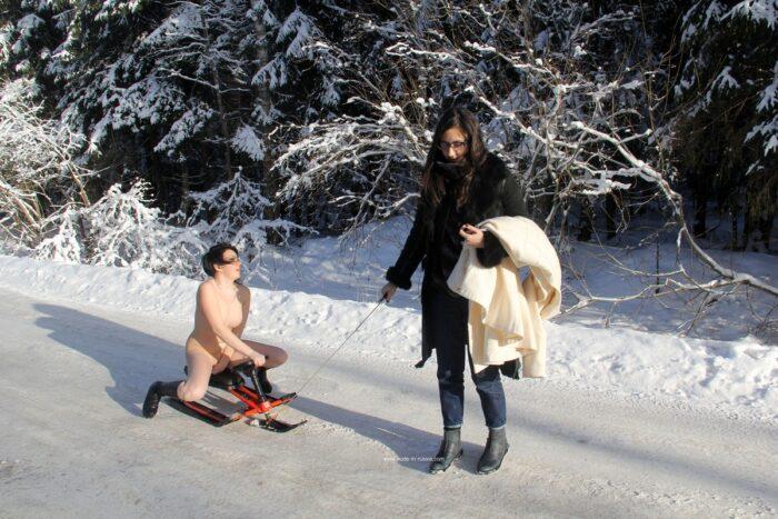 Morena nua montando uma scooter de neve