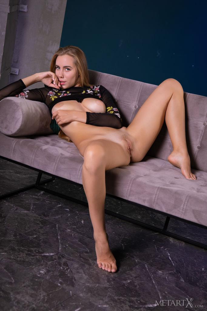 Ryana posa sedutoramente em uma roupa transparente com sotaque floral. Ela paquera nua no sofá mostrando seus melões e sua buceta raspada.
