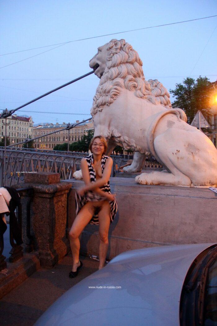 Loira de cabelos curtos Irena K com uma buceta muito peluda no bar e ao ar livre