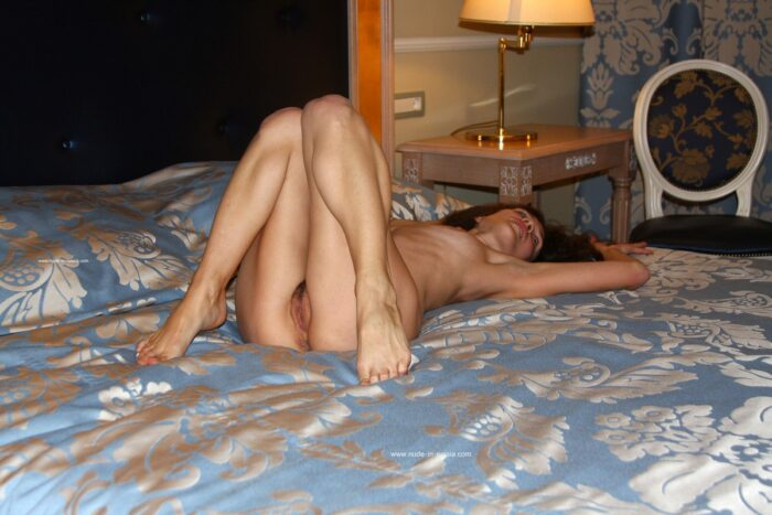 Sorrindo Nadeshda N com o corpo magro no quarto de hotel