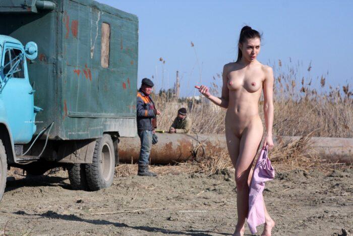 Jana A absolutamente nua posando na frente dos trabalhadores