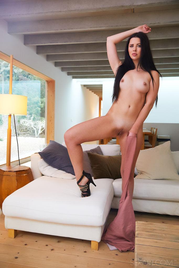 Cassie Fire realiza um strip-tease fumegante, expondo seus seios empinados e brinca com sua doce buceta rosa.