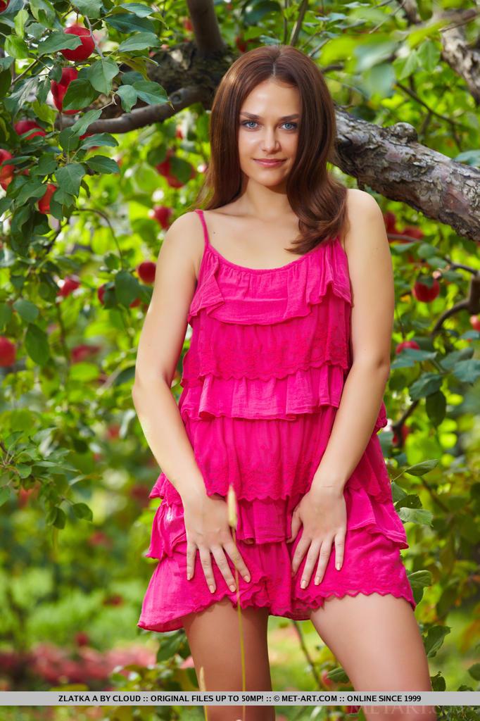 Mesmo ao ar livre, Zlatka é uma delícia de assistir com seu corpo sexy e sorriso sedutor enquanto tira seu vestido rosa choque na frente da câmera.