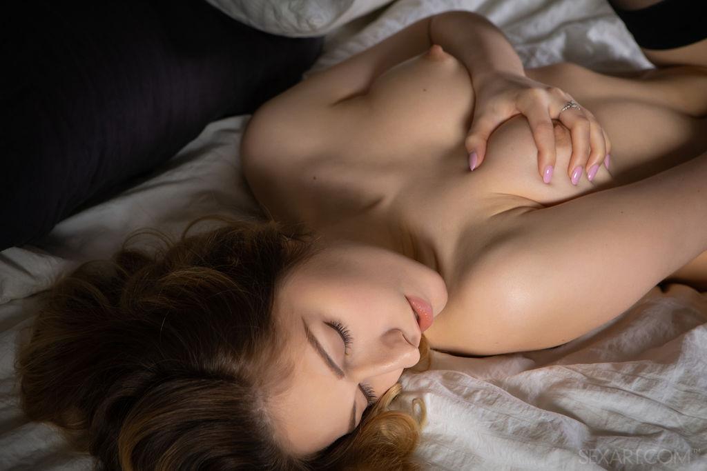Katty Muss revela seus incríveis naturais, então ela fica nua e se masturba sua boceta luxuriosa na cama.