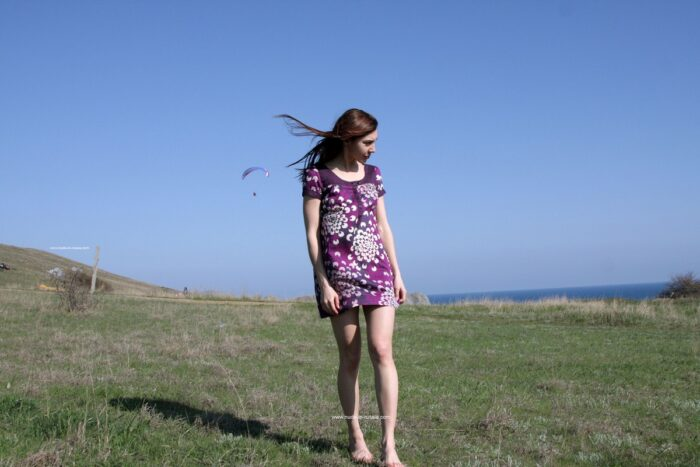 A adolescente sorridente Jana A se despe na frente dos paraquedistas