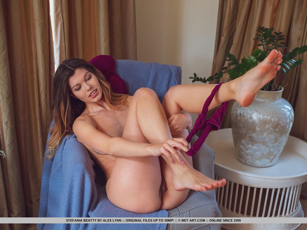 Stefania Beatty se prepara para a sessão de fotos. Ela experimenta um croptop sexy e lingerie roxa e mostra suas garotas incríveis e corpo esguio gostoso.