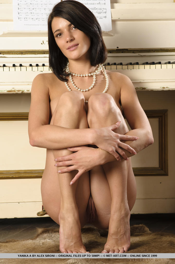 Com sua compostura delicada e beleza elegante, Yanika exibe seu corpo nu e gostoso em todo o piano.