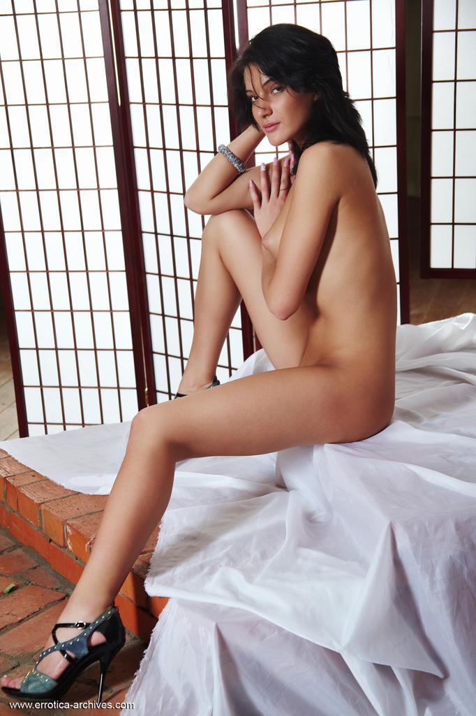 A excitante, sedutora e gostosa Judi posa como uma profissional na frente da câmera em seus sapatos de salto agulha pretos e lindo corpo nu.