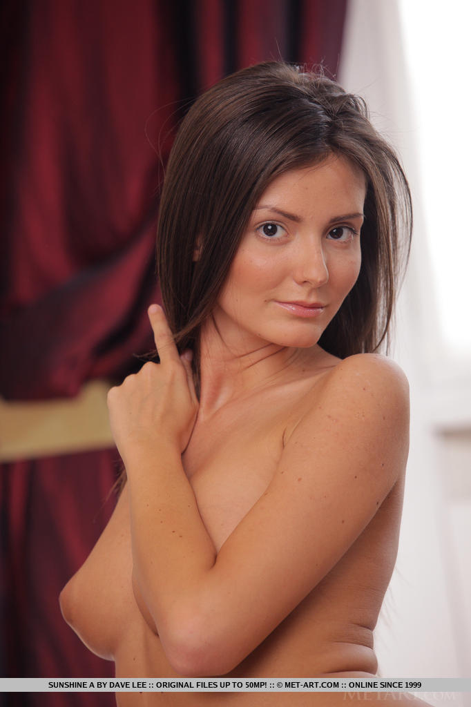 Mesmo com um novo fotógrafo, Sunshine parece linda e sexy, posando sensualmente e sem qualquer sinal de inibição em cima da cama.