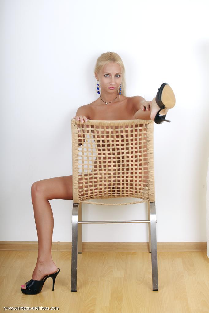 Usando suas sandálias de estilete favoritas, Afina está se sentindo sexy e confiante, exibindo de forma divertida seu corpo perfeitamente bronzeado e atlético com poses abertas.