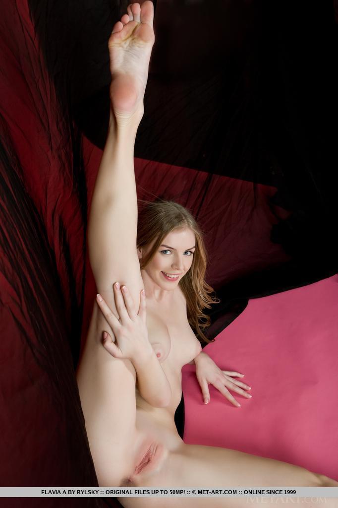 Flavia parece relaxada e confortável enquanto exibe seu lindo corpo nu e espalha as pernas no chão para descobrir seus lábios macios e rosados.