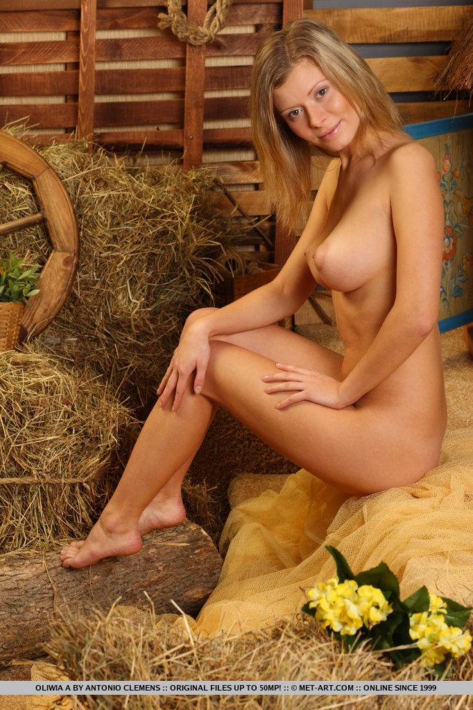 Nas poses lúdicas e desinibidas de Oliwia, ela se aquece sob os holofotes, exibindo seus seios inchados e cheios de concha, buceta raspada e bunda gostosa.