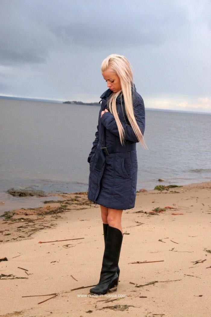 Loira russa Ilona posando nua em uma praia fria