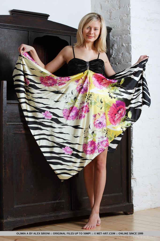 A divertida e despreocupada Oliwia despindo seu lindo vestido esvoaçante expondo seu corpo lindo e delicioso e sua buceta rosa e suculenta enquanto ela se espalha por todo o quarto.