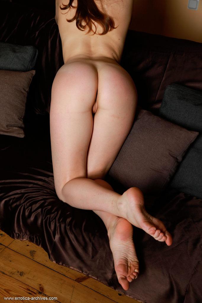 A acolhedora Lauren Swift abre a porta nua e exibe seu corpo despojado no foyer.